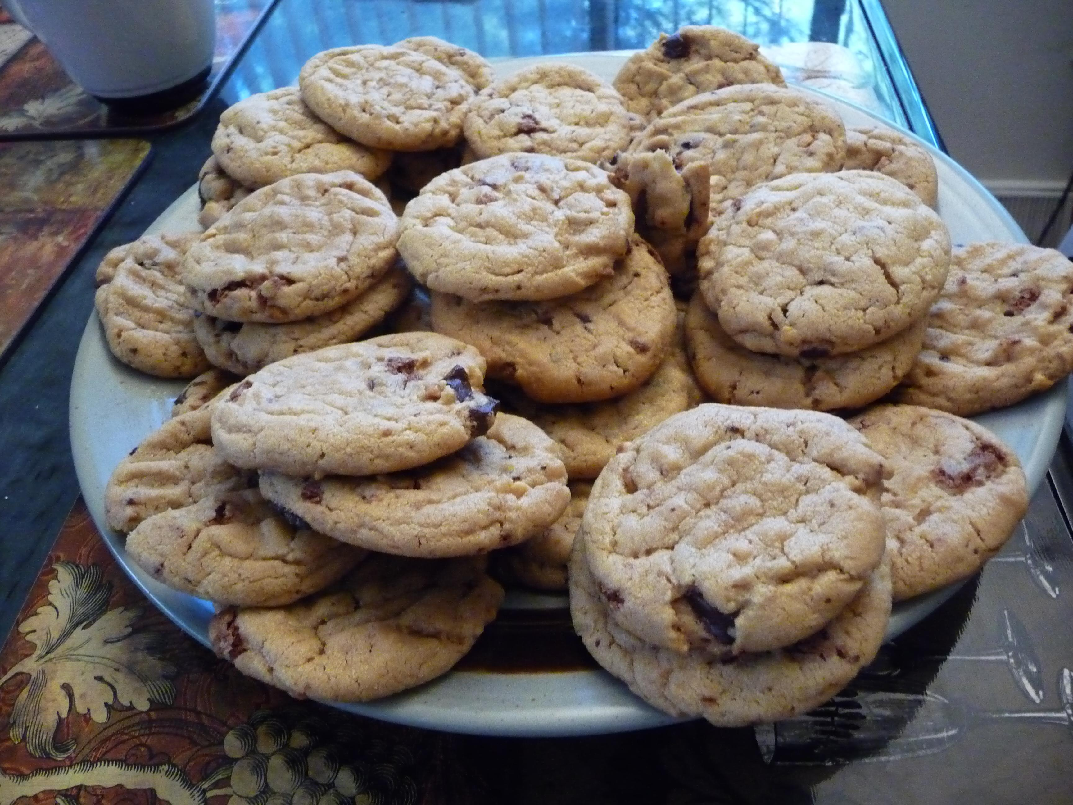 Super moist and soft peanut butter chocolate chunk cookies are perfect ...